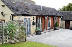3 Bedroom Barn in Burford to rent from pw. With wheelchair access, TV and DVD. Shed, Barn, Outdoor Structures, Tv, Bedroom, Wedding, Valentines Day Weddings, Lean To Shed, Bedrooms