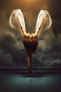 """""""A esperança não murcha, ela não cansa, também como ela não sucumbe a crença. Vão-se sonhos nas asas da descrença, voltam sonhos nas asas da esperança.""""  Augusto dos Anjos"""