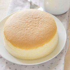 Japanese cheesecake with three ingredients- Pastel de queso japonés con tres ingredientes You will not believe it! This delicious Japanese cake, ideal for the sweet tooth, only carries … 3 ingredients! Pan Dulce, Food Cakes, Cheesecake Crust, Love Food, Sweet Recipes, Sweet Treats, Dessert Recipes, Gourmet Desserts, Plated Desserts