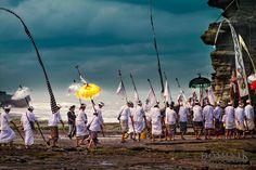 Melasti proceedings at Tanah Lot temple in Bali. . . . . . #bali #traveling #travelphotography #instatravel #travelblog #travelblogger #travelphotography #wanderlust #welltraveled #traveller #nomad #destinationed #travell.ers #balidominik #natgeo #natgeoadventure #wanderlustofasia #instatravel #instagood #asianculture #wewanderasia #explorebali #balidaily #fascinatingbali #melasti #galungan