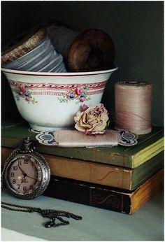 Love this vignette! Vintage and shabby chic Shabby Vintage, Vintage Sewing, Vintage Roses, Vintage Teacups, Vintage Soul, Shabby Style, Shabby Chic Stil, Wabi Sabi, Vibeke Design