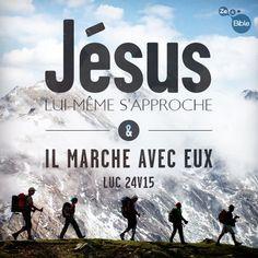 La Bible - Versets illustrés - Luc 24:15 - Jésus Lui-même s'approche, et Il marche avec eux.