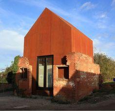 The Dovecot studio par Haworth tompkins En Angleterre, dans une friche industrielle du Suffolk, l'agence d'architecture Haworth Tompkins a réalisé ce studio sur un campus de musique. Une construction en acier d'aspect rouillé, glissée dans une ruine existante. // Tous les articles Archives - Journal du Design