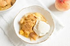 One of our all-time favorite almond flour dessert recipes; this warm, crisp, and perfectly flavored gluten-free almond flour peach cobbler dish is perfect for any summertime gathering or celebration. Peach Cobbler With Bisquick, Gluten Free Peach Cobbler, Almond Flour Desserts, Low Carb Desserts, No Sugar Added Recipe, Grilled Peach Salad, Peach Melba, Biscuit Mix, Canned Peaches
