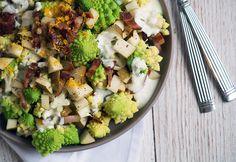 Opskrift på en dejlig nem og velsmagende romanesco salat med skøn syrlig citrusdressing, sprød bacon og søde pære - få opskriften her
