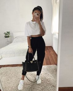Thanya w on which sweatpants outfit do you prefer 1 or 2 limage contient peut tre une personne ou plus source by sweatpantsoutfit notitle source by laleeest sweatpant outfits cute Cute Comfy Outfits, Dope Outfits, Teen Fashion Outfits, Simple Outfits, Look Fashion, Stylish Outfits, Fashion Women, Casual Sporty Outfits, Black Outfits