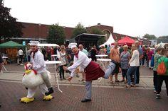 Doldwaas kippen vangen op de Pruiverij in Veendam met de theateract 'Kip, ik heb je!' http://www.lachendelama.nl/nieuws/pruiverij-oetmarkt-veendam/