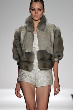 5 Dress Styles That Will Make You Look Thinner. While particular ladies wear products you see on the runway might look terrific on models, they might not look great on every woman. Catwalk Fashion, Fur Fashion, Fashion Models, Winter Fashion, Fashion Dresses, Womens Fashion, Ladies Fashion, Fashion Trends, Fabulous Furs