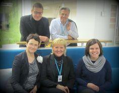 Ylen Uutis- ja ajankohtaistoiminnan kehittämistiimissä on tällä hetkellä viisi jäsentä. Harri Palmolahti (vas. ylärivi) vastaa kouluttamisesta, Timo Säynätkari strategisista hankkeista ja investoinneista, Pia Hagström (alh.vas) mm. brändiasioista, Marjo Ahonen päälliköinnistä ja Mari Naumanen kehittämistiimin työn sujumisesta.