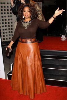A apresentadora de TV, atriz e empresária Oprah Winfrey é uma celebridade muito influente nos Estados Unidos e também usa saia longa e, ainda por cima, rodada! Confiança é tudo na vida!