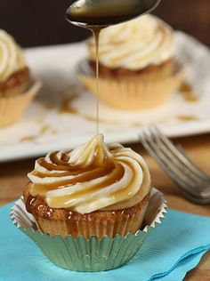 Jack Daniels Honey Whiskey Cupcakes with a Bourbon Drizzle - #Cupcake, #Recipe