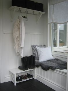 Julias Vita Drömmar: Farstukvist What a pretty mudroom! Cozy Cottage, Cozy House, Front Porch Design, Porch Designs, Cabin Interiors, White Interiors, White Beadboard, Entry Closet, Porch Plans