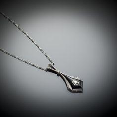 Type de bijou: Pendentif Epoque: Art Déco vers 1930 Origine: Travail français Métal: Platine 950/1000 Poids total (brut): 5,50 grammes Dimensions: H.: 36 mm; L.: 390 mm Nature des pierres: Diamants taille ancienne...