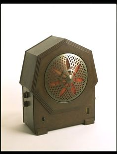 PHILIPS RADIOPLAYER ALL-ELECTRIC, TYPE 2634 Designed by Philip, Eindhoven, the Netherlands Made by Philips Lamps Ltd., Mitcham, Surrey, England 3 valves; oxidised bronze grille, Bakelite case 1931