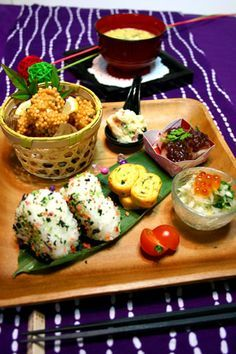 onegiri, chawan mushi, a whole meal Japanese Dinner, Japanese Food, Sushi, Food Design, Cute Food, Yummy Food, Plate Lunch, Food Porn, Mooncake