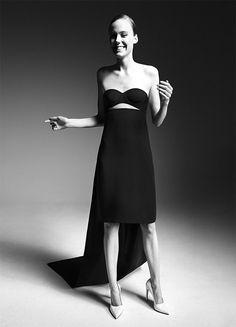 Ele resgata também a estrutura de bustiê no vestido que foi explorada por ele mesmo na Dior e por Francisco Costa, seu antecessor, na Calvin Klein Collection