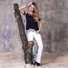 Blusa produzida com crepe e tule ilusion e calça de alfaiataria com detalhes em vivo preto.  #look #lojista #ootd Instagram @_artmaia