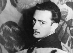 Salvador Dalí (1904-1989), génie surréaliste et sensationnel, rencontre Federico García Lorca en 1922 lorsqu'il commence ses études à l'Académie royale des beaux-arts de San Fernando. Si ce dernier s'éprend du peintre, Dalí refusera toujours ses avances amoureuses mais n'en restera pas moins très proche de lui. Cette lettre qu'il lui adresse en 1927 illustre à merveille l'esprit transgressif de l'artiste qu'il fut, toujours à la pointe de l'avant-garde et de la dérision.
