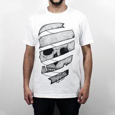 Camiseta Dot Skull, 100% Algodão, malha fio 30 penteado, na cor branca com tecnologia anti-pilling e estampa silk toque zero. O design da estampa foi desenvolvido pela Designer Gi Guerra e utiliza a técnica de pontilhismo. #tshirtdesign