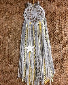 Filtro dos sonhos confeccionado em lã, fitas, rendas, sianinhas e estrela em MDF aro 20 cm, comprimento total 80cm - BBFBA2