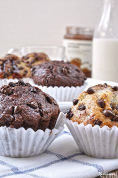 Chocolate Chip Banana Muffins: 2 Ways (recipe in Greek) source More cake & cookies & baking inspiration! Chocolate Greek Yogurt, Chocolate Filling, Homemade Chocolate, Sweets Recipes, Cake Recipes, Desserts, Banana Chocolate Chip Muffins, Protein Muffins, Baking Muffins