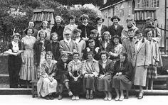 Det var trangt om plassen for Framhaldskolen i 1950-årene, med klassene fordelt på 11 skoler. Her er en jenteklasse som gikk på Rothaugen i 1954. Det er noen ansikter som jeg tror jeg husker, men navnene klarer jeg ikke, men det er det kanskje andre som gjør? (Bildet er fra «Bergen bys historie»).