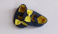 Sapatinho em tecido 100% algodão, com estampa em poás azul marinho.    Solado em tecido.