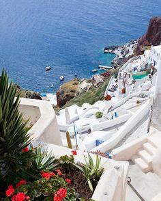 Qu'avez-vous prévu cet été ? Que diriez-vous d'une croisière en Méditerranée ? Sur cette photo nous sommes en escale à Santorin avec Regent Seven Seas Cruises.