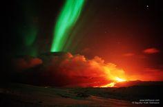 Un volcán y una aurora boreal en Islandia  Esta imagen publicada hace unos días por la NASA refleja en una única fotografía la erupción del volcán Hekla (Islandia) ocurrida en 1991; y unos cien kilómetros por encima de la erupción, y de forma simultánea, una aurora boreal de gran belleza.