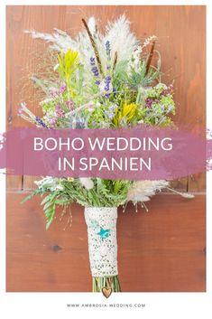 Heiraten am Strand in der Sonne am Meer ist wohl die romantischste Art sich zu trauen. Eine Hochzeit in Spanien am Meer ist entspannt und immer wunderschön. Ambrosia Wedding hilft dir bei der Planung deiner Strandhochzeit. Boho Hochzeit am Strand in Spanien. Traumhochzeit im Boho Stil, Boho Wedding in Spanien. Boho Deko für die Boho Braut.  #strandhochzeit #beachwedding #heiratenamstrand #bohowedding #bohohochzeit #bohodeko Hippie Chic, Mediterranean Wedding, Boho Stil, Style Casual, Andalusia, Boho Outfits, Wedding Designs, Boho Wedding, Editorial Fashion