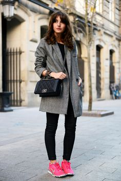 gray coat + black skinny jeans + pink fuchsia sneakers