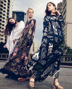 Graças a uma safra de ótimas marcas que vêm renovando a peça o caftã se consagra como o novo curinga do guarda-roupa feminino circulando da praia ao dia a dia da cidade. Trânsito livre para ele no link da bio - e no seu armário de verão! (Foto: @raquelespiritosanto / Styling: @raquelkavati)  via VOGUE BRASIL MAGAZINE OFFICIAL INSTAGRAM - Fashion Campaigns  Haute Couture  Advertising  Editorial Photography  Magazine Cover Designs  Supermodels  Runway Models