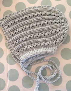 Alida-lue mønster fra klompelompe. Knit babybonnet. Garn Lerke