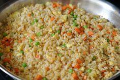 Rijst die smaakt alsof-ie nét bij de Chinees vandaan komt! Vind je die rijst van de Chinees ook altijd zo lekker maar kun je er maar niet achterkomen wat ze er precies mee doen om die smaak te krijgen? Wij gelukkig wel! Met dit recept maak je rijst die smaakt alsof-ie net bij de afhaalchinees vanda