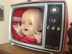 Television baby Found Object Art, Found Art, Halloween Doll, Halloween Crafts, Kitsch, Creepy Baby Dolls, Valley Of The Dolls, Creepy Art, Wow Art