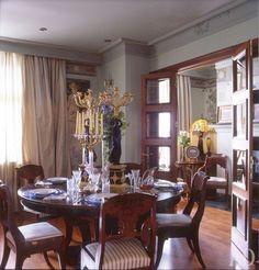Вокруг обеденного стола — русские стулья в стиле ампир начала XIX века. Картина с ангелом — это старая дачная дверь, которую отец Ольги расписал в духе Боттичелли. Справа — гостевая, она же каминная, комната.