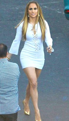 Jennifer Lopez Reveals Secret for Stunning Legs: Diamond Exfoliations Jennifer Lopez Legs, Pictures Of Jennifer Lopez, J Lo Fashion, Fashion Outfits, Beautiful Celebrities, Gorgeous Women, Look Body, Tight Dresses, Sexy Legs