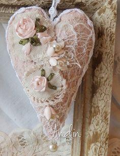 Jemné jako pavučinka Stužková výšivka, háčkované krajky, podkladová pudrová elastická krajka, tři porcelánové květy s vylkými perličkami, závěsná perlička na hrotu. Závěsné poutko bílé barvy, stejné jako lemování 9 x 14 cm