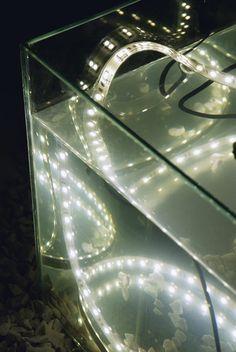 Ideal para iluminar piscinas, banheiros e saunas, a fita de led IP 68 pode ficar submersa. Vem em rolos de 5 m, emite luz branca ou amarela ...