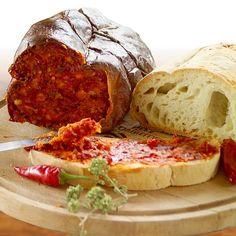 """""""La #'nduja è un tipico #salame calabrese morbido e particolarmente piccante. Probabilmente il nome trae origine dal francese andouille, salsiccia fatta di frattaglie ed altre parti povere. Originaria della zona di Spilinga (VV), oggi è prodotta in tutta la regione, a tal punto da essere un alimento tipicamente associato, come avviene per il peperoncino, a tutta la #Calabria #food #gourmet"""