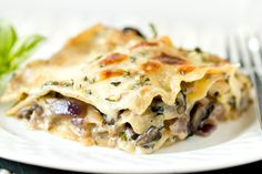 Mushroom Lasagna Three different types of mushrooms béchamel sauce & cheese! Roasted Mushrooms, Stuffed Mushrooms, Stuffed Peppers, White Mushrooms, Yotam Ottolenghi, Giada De Laurentiis, Mushroom Lasagna, Spinach Lasagna, Ragu Bolognese
