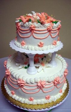 ☆∞☆∞☆ Wedding cake ☆∞☆∞☆ Love the vintage look. With yellow piping or blue