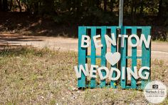 A rustic country wedding Amazing rustic Wedding Sign – DIY Wedding. Pallet Wedding, Rustic Wedding Signs, Camo Wedding, Trendy Wedding, Wedding Bells, Diy Wedding, Dream Wedding, Wedding Country, Rustic Signs