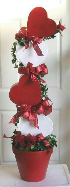 53 Awesome Valentines Day Decoration For Inspiration. Love decorates the mood every February 14 and the Valentine's Day decorations speak the heart for you ! So all you have to do this Valentine's. Valentine Wreath, Valentine Day Love, Valentine Day Crafts, Holiday Crafts, Holiday Decor, Homemade Valentines, Valentine Ideas, Valentines Baking, Valentine History