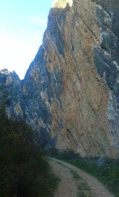 La hoz Angosta aprovecha el hueco para salvar dos cretas rocosas.