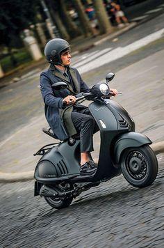 Duas grifes italianas, extremo requinte e a exclusividade de apenas dez mil unidades produzidas. Assim é a Vespa 946 Giorgio Armani,  lançada em versão limitada no ano passado para comemorar os 130 anos da marca de scooters e os 40 anos da grife de roupas. O Brasil recebeu apenas 30 unidades da icônica Vespa, que custa R$ 59.830.