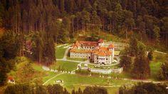 Castelul Cantacuzino Cine ar fi crezut că există încă locuri ascunse pe Valea Prahovei? Am descoperit de curând, în Buşteni, castelul Cantacuzino, de o mare valoare arhitectonică, istorică şi artistică şi de o frumuseţe idilică. Înconjurat de pădurea deasă de brazi, cascade şi fântâni arteziene, castelul poate fi refugiul perfect pentru zilele caniculare de vară.