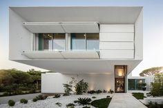 Algarve, Portugal https://homeadore.com/2017/01/16/ql-house-visioarq-arquitectos/