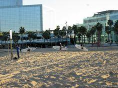 Mit dem smart ebike am Strand von Barcelona