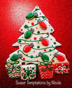 use 1 large tree cutter - put mini light cutters on top Large Christmas Tree, Christmas Tree Cookies, Christmas Food Gifts, Xmas Cookies, Christmas Goodies, Cupcake Cookies, Xmas Tree, Christmas Baking, Sugar Cookies